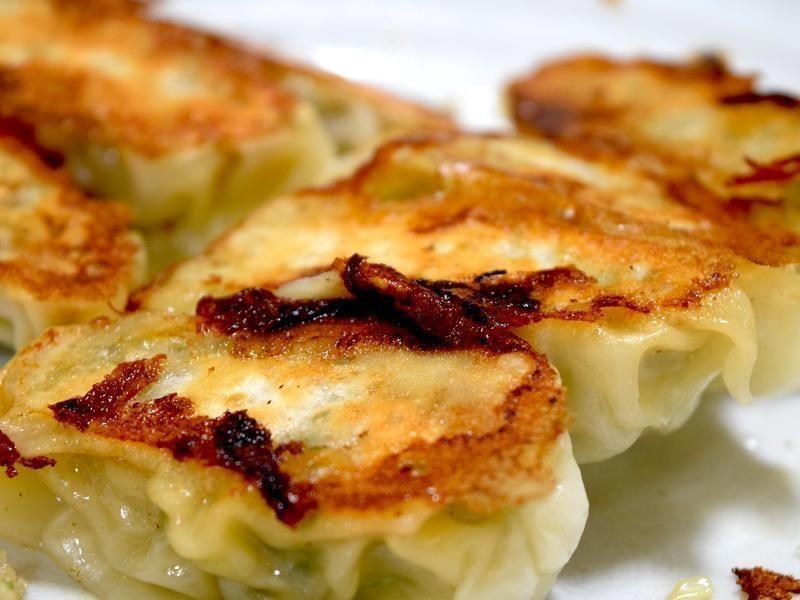 每次在日本的拉麵店吃的煎餃皮都很脆,所以自己在家裡也試著做做看,簡單又好吃!煎了幾次都很成功哦,分享給大家參考^.^