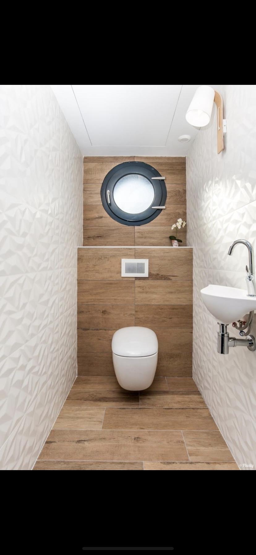 Mur Avec Panneau Mural 3d Wave Fenetre Hublot Incrustee Dans Le Bois Pour Le Rappel Du Bateau Toi Avec Images Amenagement Salle De Bain Deco Toilettes Carrelage Toilette