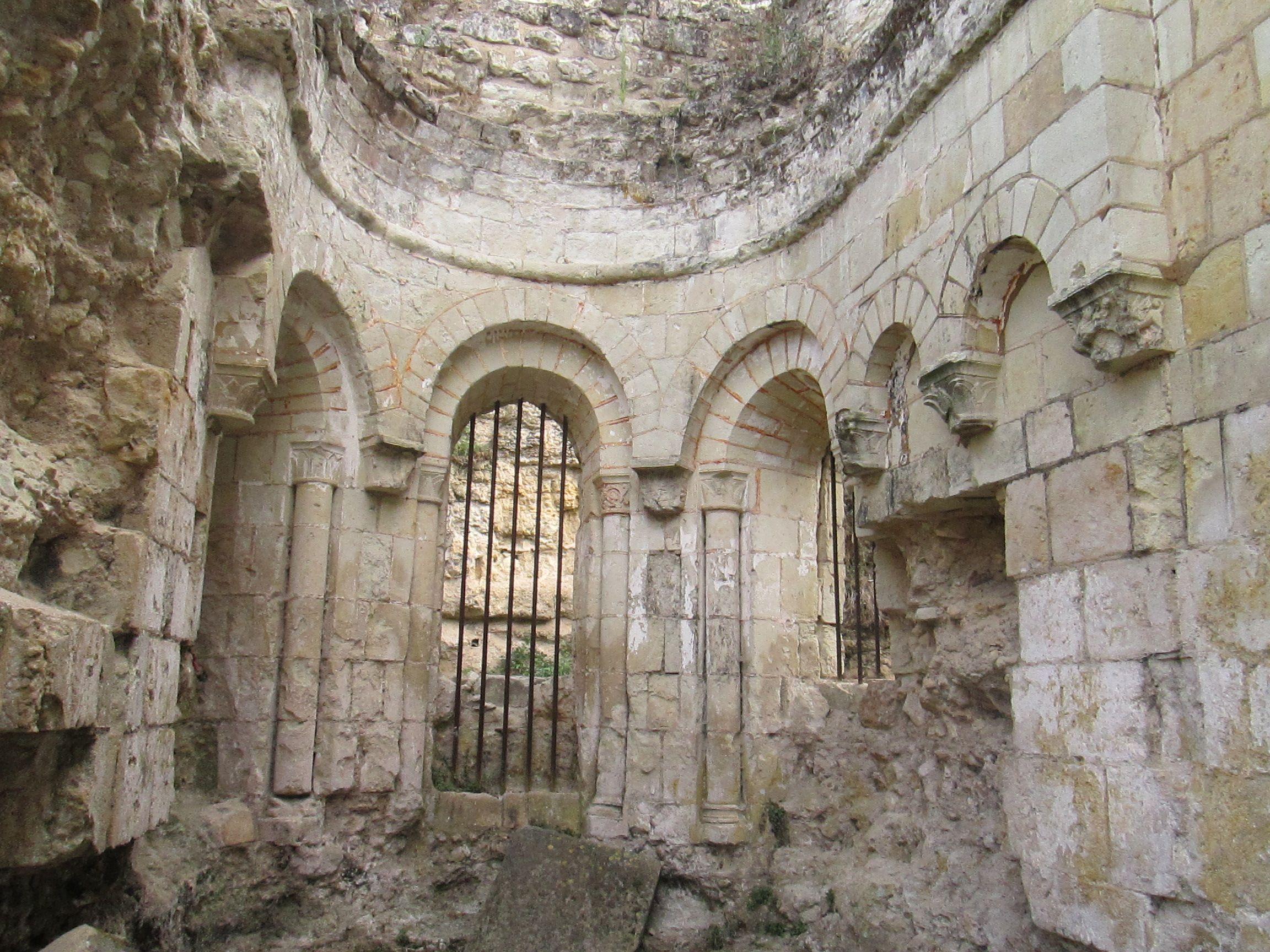 Montreuil-Bellay: l'église paroissiale SAINT-PIERRE: 1) La 1° église Saint-Pierre, mentionnée au XI°s, a été reconstruite vers 1140-1150, puis restaurée et agrandie au XV°s après l'écroulement du clocher et enfin consacrée en 1485, date à laquelle elle devient également prieurale. Incendiée pendant les guerres de religion, l'église finit par être abandonnée et partiellement détruite en 1850.