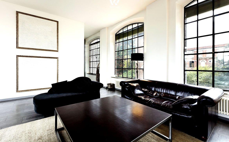 Die Glasfronten erinnern bei diesem Wohnzimmer an alte ...