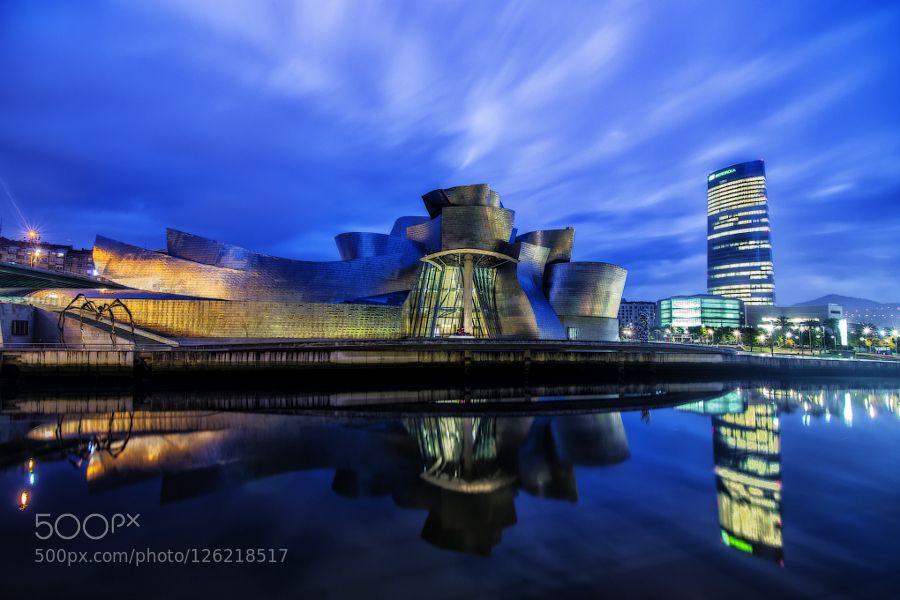 hora azul sobre Bilbao el museo guggenheim y la torre iberdrola