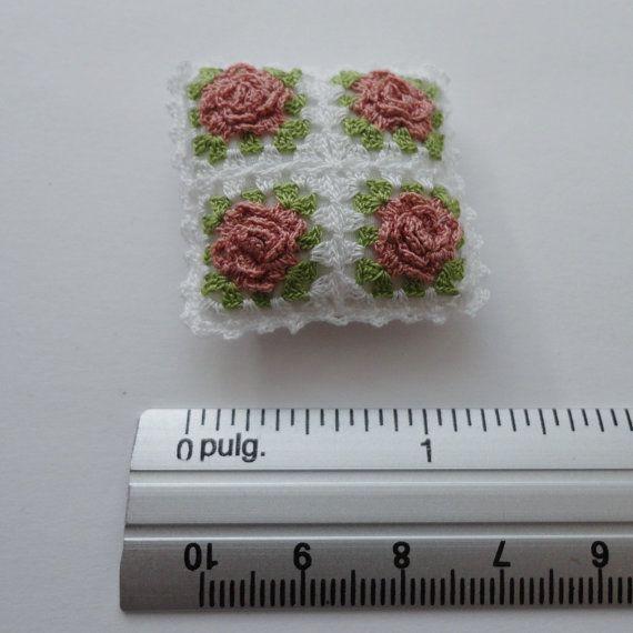Cuscino di crochet una miniatura con Rose, foglie verdi e bordo bianco, si può vedere il retro del cuscino in ultima foto. Farcito con riempimento lanuginoso morbido in un caso di cotone bianco.  Misura 3.3 x 3.3 cm (1 5/16 x 1 5/16).  Uncinetto fatto a mano da me con filo di cotone per cucire.   vedere più articoli in https://www.etsy.com/shop/MiniGio   Si paga solo la spedizione per il primo elemento nel vostro ordine, qualsiasi elemento aggiuntivo per la spedi...