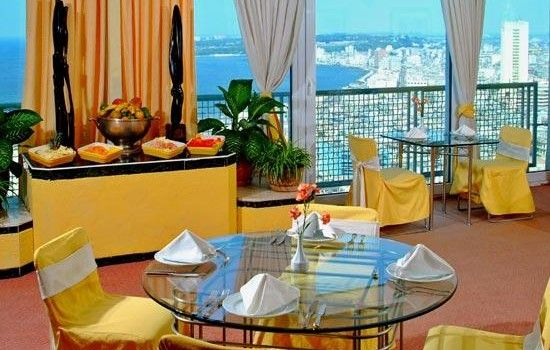 Localizado en el barrio residencial de El Vedado, el Habana Libre disfruta de su cercanía de lugares emblemáticos de la isla como la Universidad de La Habana, el Malecón o la heladería Coppelia. #hotel #habana #cuba