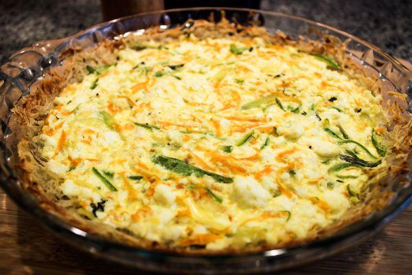 Torta de abobrinha e cenoura na crosta de batata