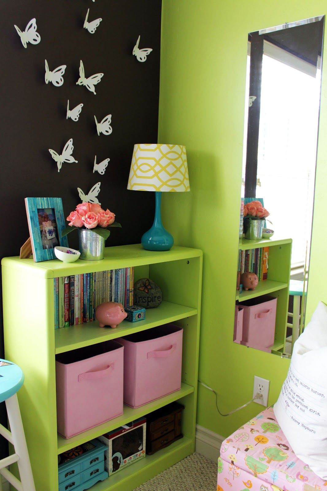 Paint the bookshelves the same color as the wall awesome