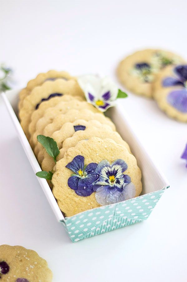 Pansies Sugar Cookies - you need to try these refined sugar-free sugar cookies baked with real flowers!