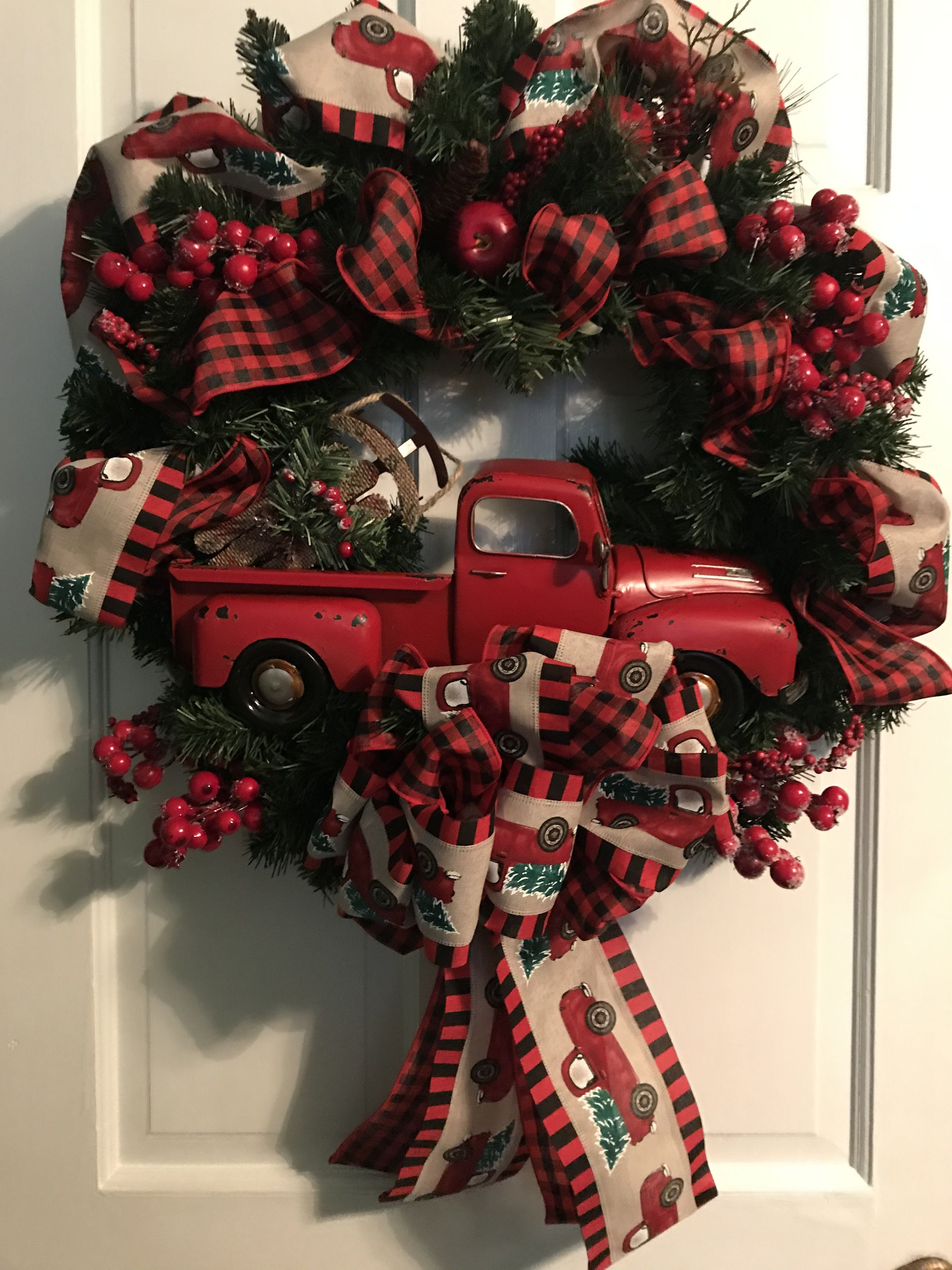 Pin By Lynn Langley On Wreaths And Flower Arrangements In 2020 Holiday Decor Christmas Wreaths Flower Arrangements