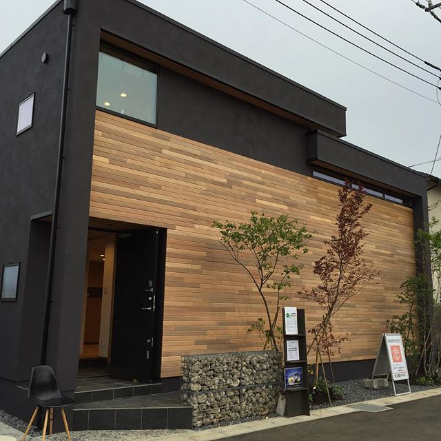 新築住宅の外観アイディア10選 箱型なナウトレンドデザイン: うちを建ててくれた工務店の モデルハウスです うちとは全然