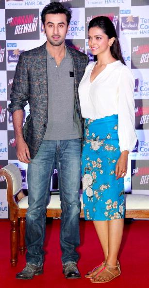 Ranbir Kapoor And Deepika Padukone Back Together In A Relationship Spotted Kissing In Mumbai Indian Bollywood Actress Deepika Padukone Style Deepika Padukone