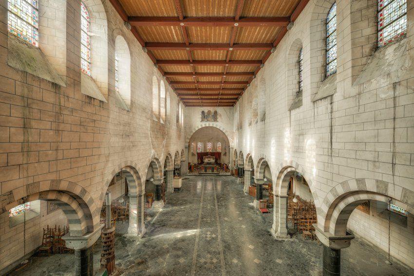 sunny church of raven   zeigt eine verlassene Kirche in einer Stadt in Belgien. Sie ist noch in gutem Zustand, obwohl bereits an einigen Stellen Wasser eintritt.