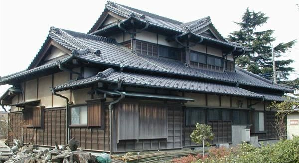The traditional japanese house with its broad low roofs for Arquitectura japonesa tradicional