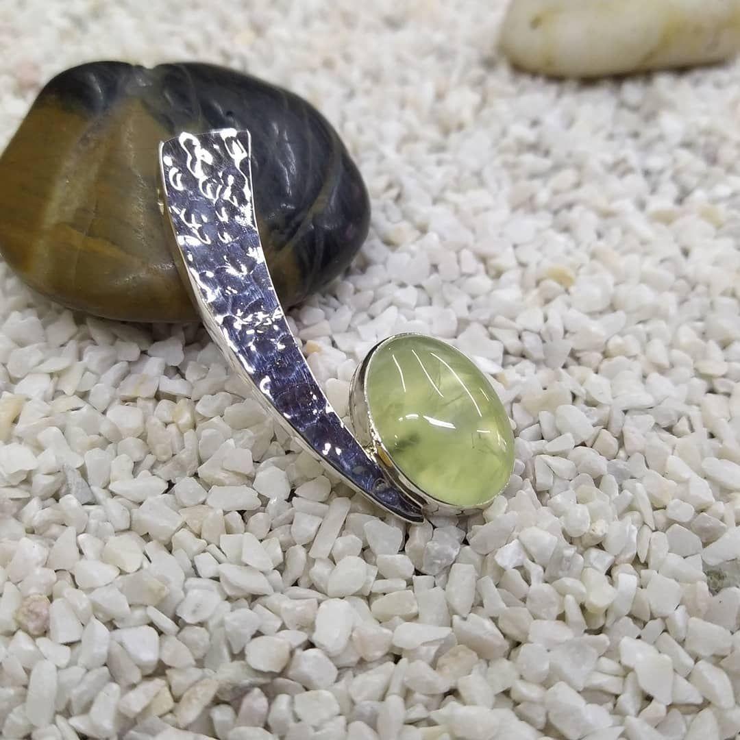 Este Dije De Prehnita Esta Bien Lindo El Bisel Es De Plata 925 Y Tiene Textura Martillada Y Un Diseno Moderno Hecho En Ta Gemstones Jewelry Gemstone Rings