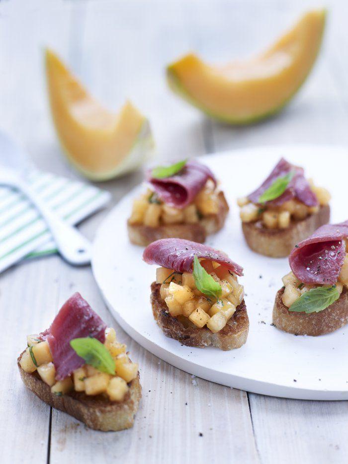 Testez cette recette originale de crostini de melon au magret de canard, pour un mélange de saveurs surprenant !