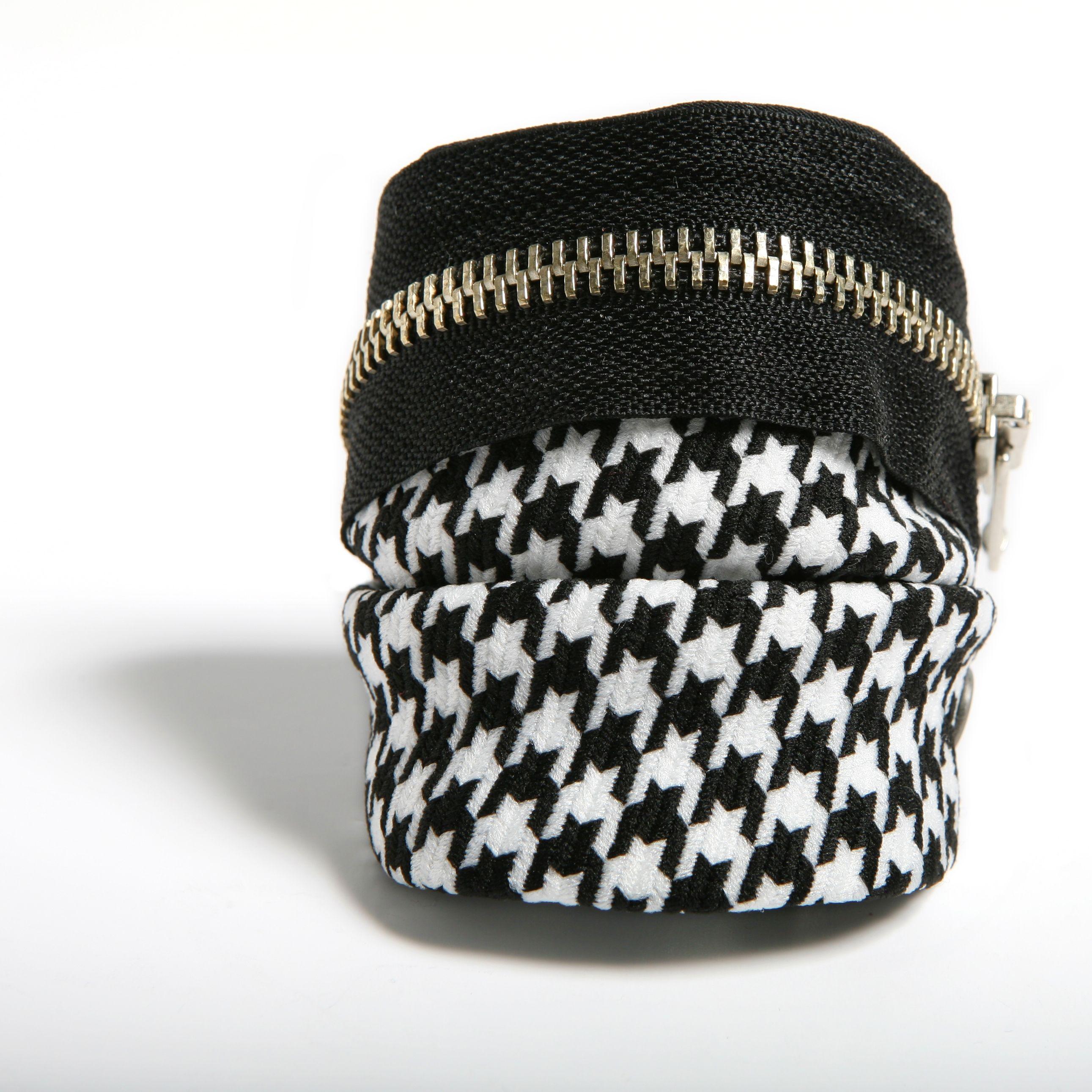 ESPACIO - Pulsera confeccionada a mano en lana con estampado de pata de gallo blanco y negro con cremallera negra.