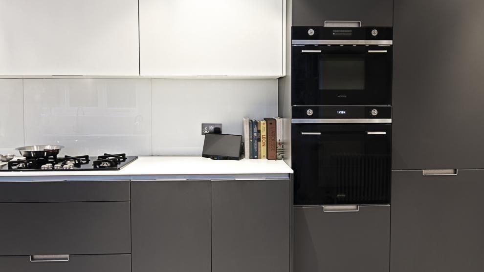Algo m s que un lugar para cocinar cocinas kitchen for Cocina equipada negro y gris