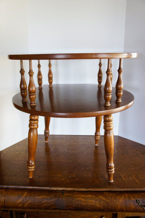 Superbe Vintage Round Wood End Table 2 Tier Colonial Drum Table Turned Legs Side  Occassional Table Spindlles