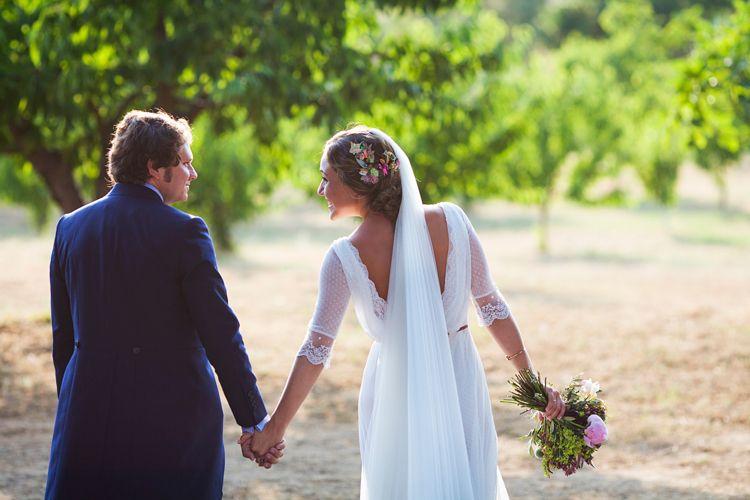 una elegante boda en un cortijo en sevilla | trajes de novia