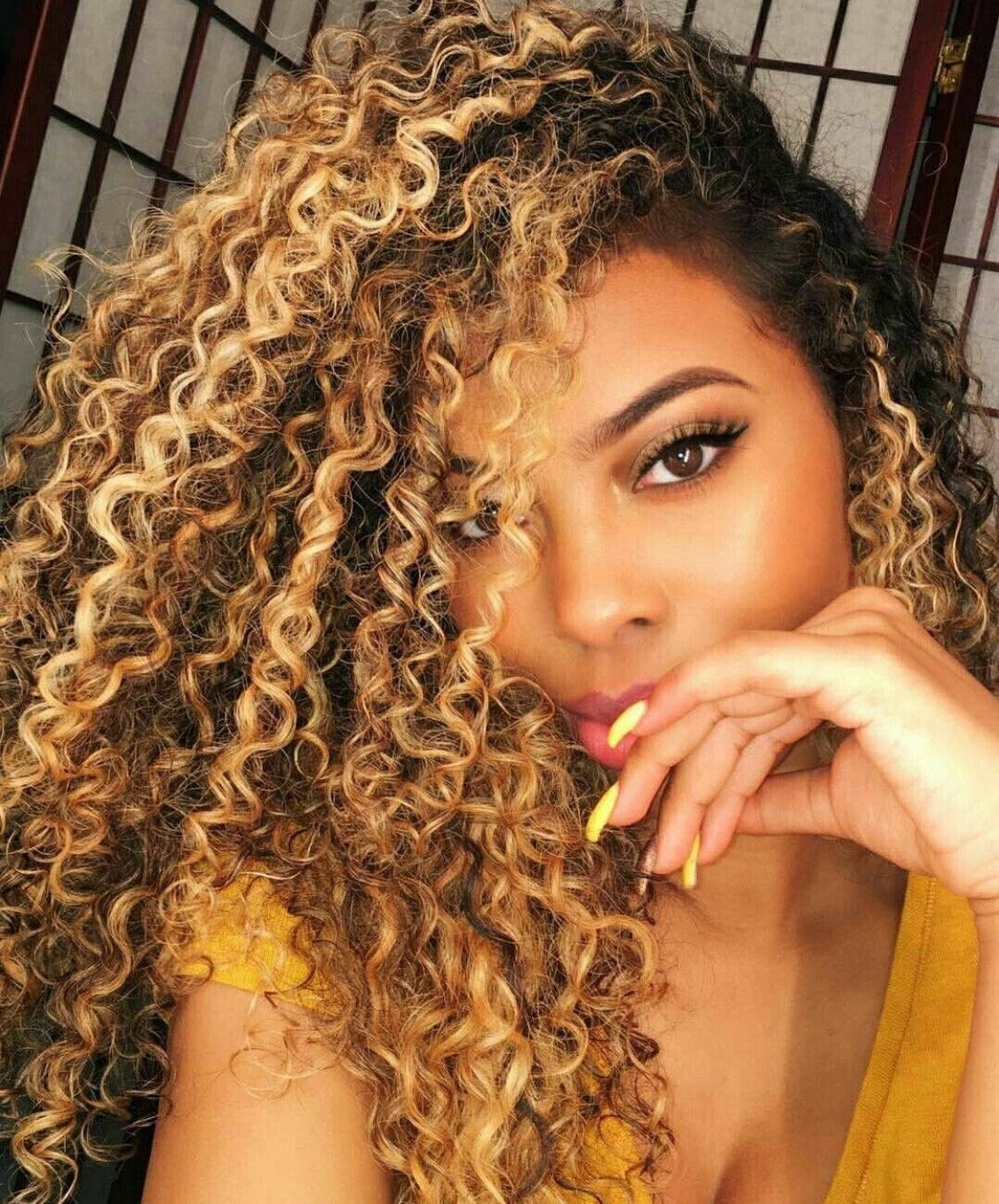 Diggin The Nails With The Hair Blonde Highlights Curly Hair Natural Curls Hairstyles Curly Hair Styles