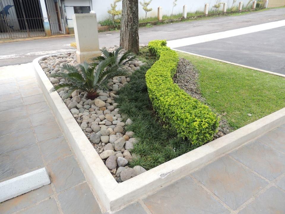 Jardin con piedra jardines jardines bordillos jardin for Disenos de jardines con piedras decorativas