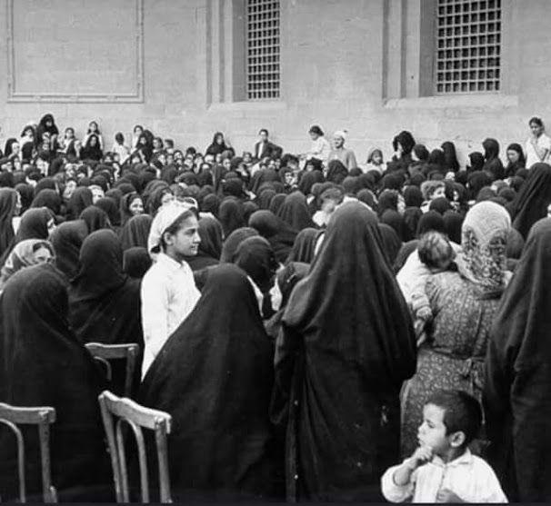 احدى الدروس الدينية للسيدات في شهر رمضان القاهرة اربعينيات القرن الماضي Old Egypt Egypt History Cairo Egypt