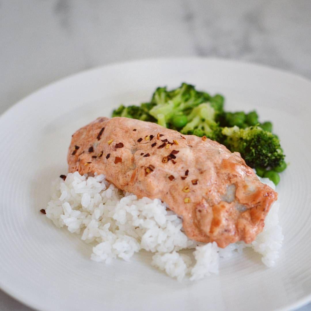 Lifestyle-eating (@lifestyleeating) Chilibakad torsk med ris ☝ · 150g torsk · 3 msk kvarg · 2 msk chilisås · 1 msk tomatpuré · 50g ris · 50g broccoli · 25g ärtor (425kcal, 39g protein, 6g fett, 50g kolhydrater) FULL RECIPE ON MY BLOG