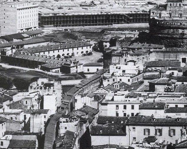 Borgo Sant'Angelo, veduta verso Castel Sant'Angelo, al centro si intravede il tetto spiovente della Chiesa di San Michele prima della demolizione Anno: 1890 ca.