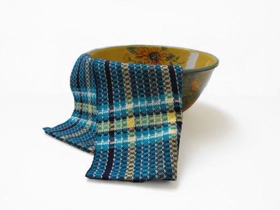 Diese hellen Karibik blau Geschirrtücher sind schöne als auch funktionell, wenn Sie das Geschirr trocknen sind. Diese Hand gewebt 100 % Baumwolle Küchentücher passen die Rechnung perfekt. Bei einer sehr großzügigen 18 Zoll (45,7 cm) breit und 29 Zoll (74 cm); Diese wunderbar saugfähige Handtücher ist alles, was Sie für die Aufgabe benötigen.  Diese charmante Serie von Küchentücher war geplant mit aktuellen Küchenstile im Auge, noch diese mutig gestreiften Handtüchern passt in jede Küche…
