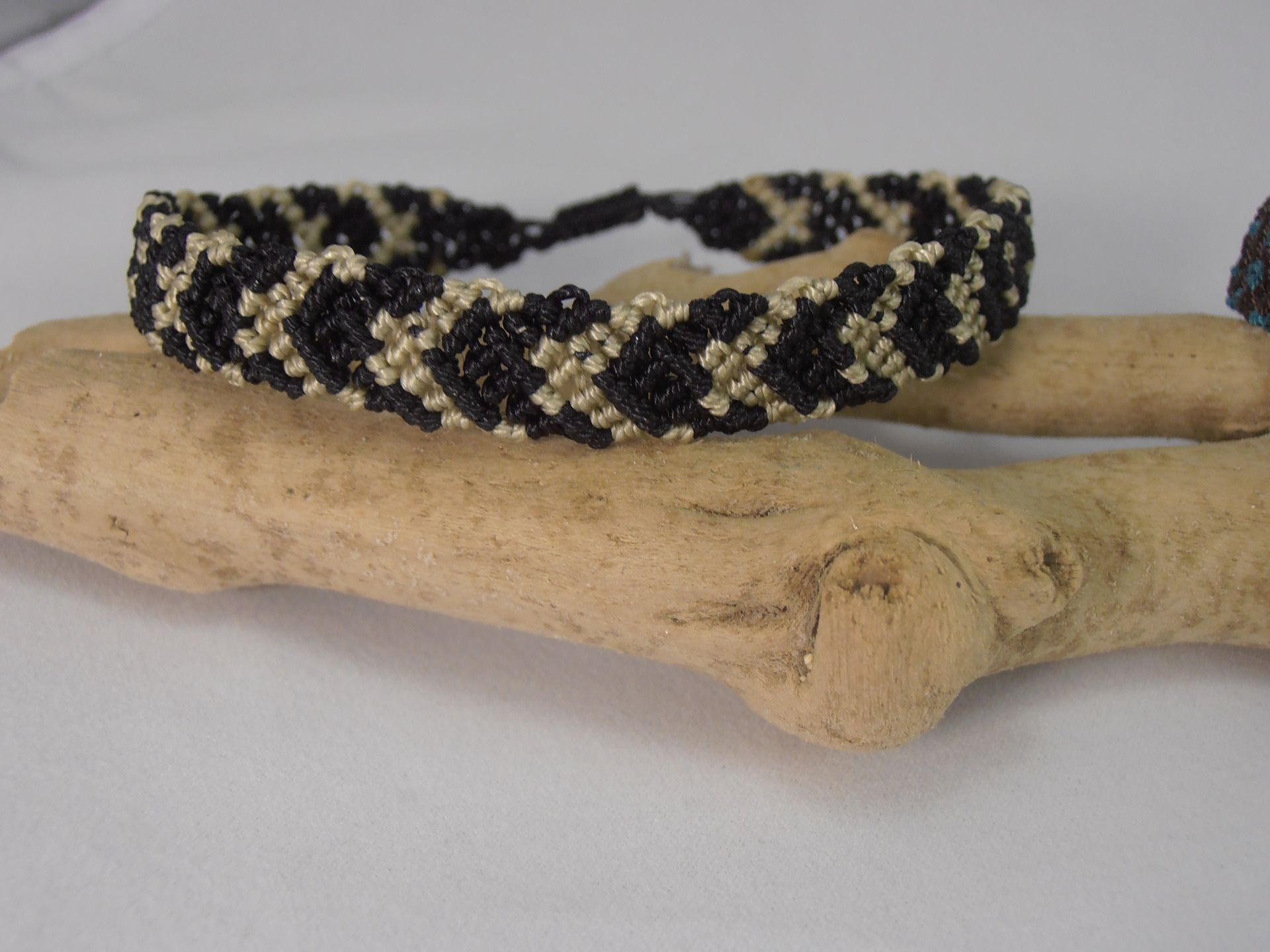 bracelet macramé noir et crème pour homme : Bracelet par les-creations-du-sud