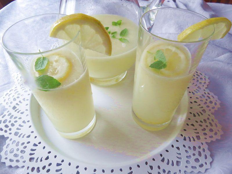 Para estos días de calor no hay nada mejor que estar siempre bien hidratado, beber mucho líquido como esta limonada que se bebe tan rápido y te deja esa sensación de frescor. La limonada me he dado cuenta que queda genial en thermomix o en un vaso batidor ya que le añadimos hielo, se tritura en un segundo y lo tomamos en el momento fresquito. Los ingredientes son sencillos: 2 limones ( y la piel de 1 limón) 120 gr de azúcar 1 litro de agua Unas hojas de menta 5 cubitos de hielo...