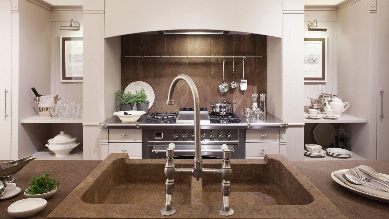 cucina in stile country chic con isola finitura grigio perla e prugna parete attrezzata con frigorifero dispensa mensole dispense estraibili e blocco