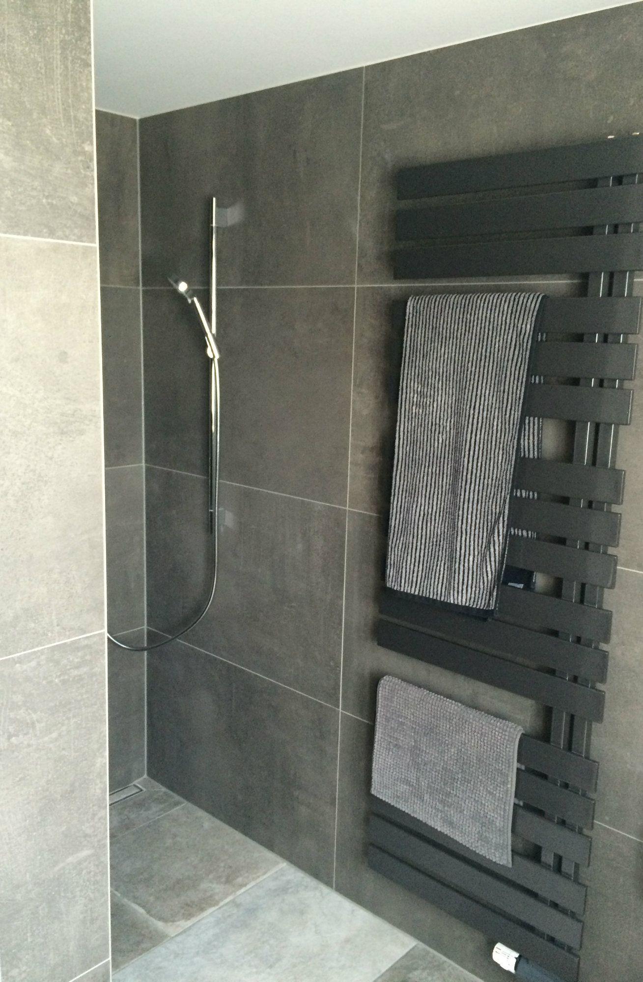 Praktisch Der direkt neben der offenen Dusche befindliche