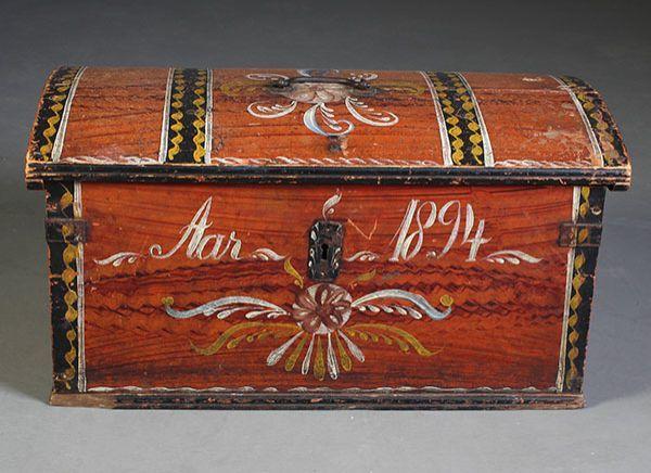 Dekorert kisteskrin med eierinitialer og dat. 1894. L: 62 cm.