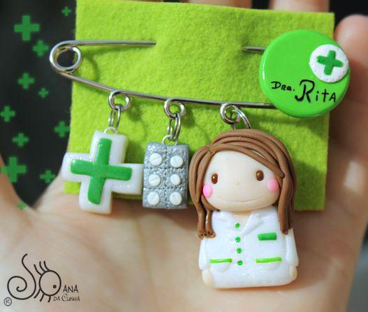 Círculo Verde Com Cruz De Farmácia E Nome Uma Cruz Verde Em Fundo Branco Comprimidos Boneca Manualidades Arcilla De Polímero Lindo Porcelana Fria Llaveros