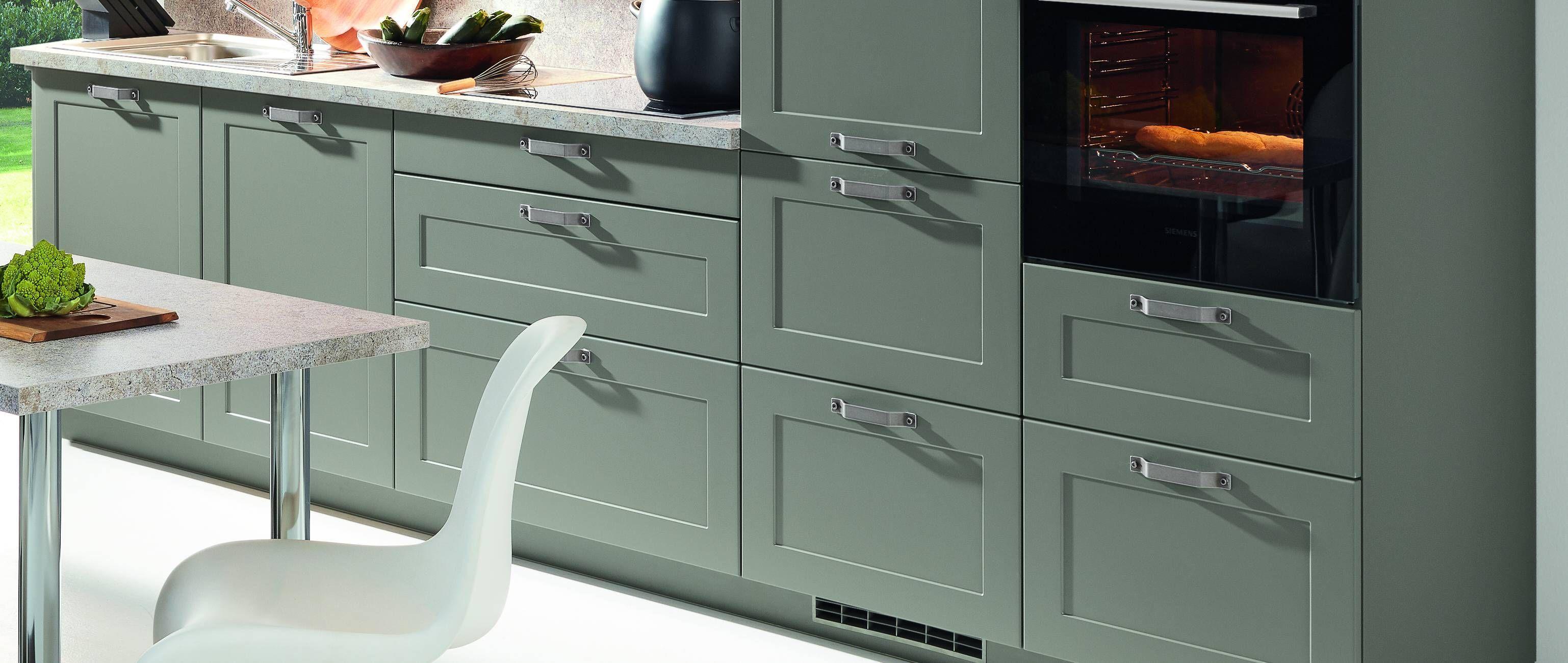 Kuchenzeile Farbe Grau Grun Seidenmatt Mit Kleinen Breiten Griffen Und Heller Arbeitsplatte Bathroom Vanity Double Vanity Kitchen Cabinets