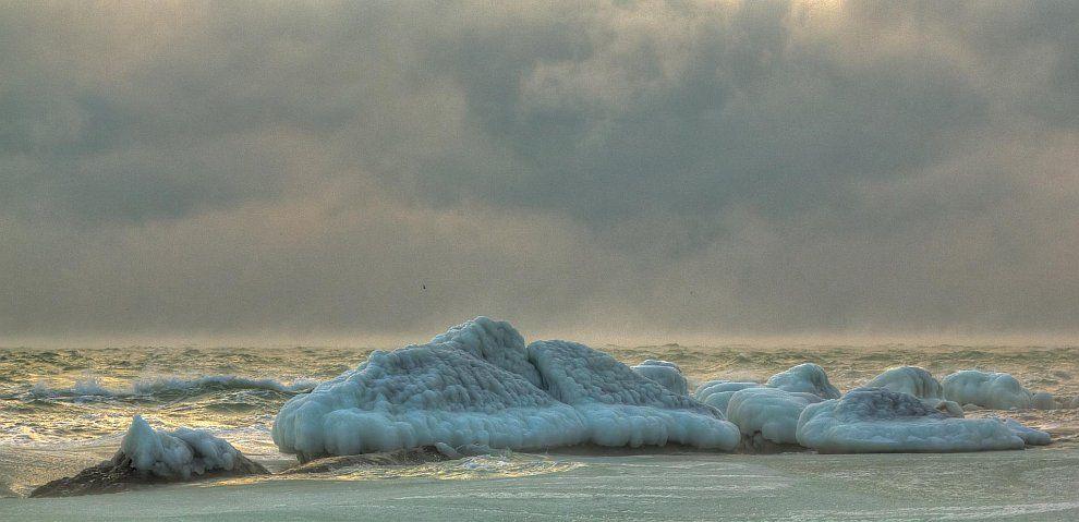 Фотограф Дмитрий Докунов сделал потрясающую серию снимков замерзшего Черного моря.