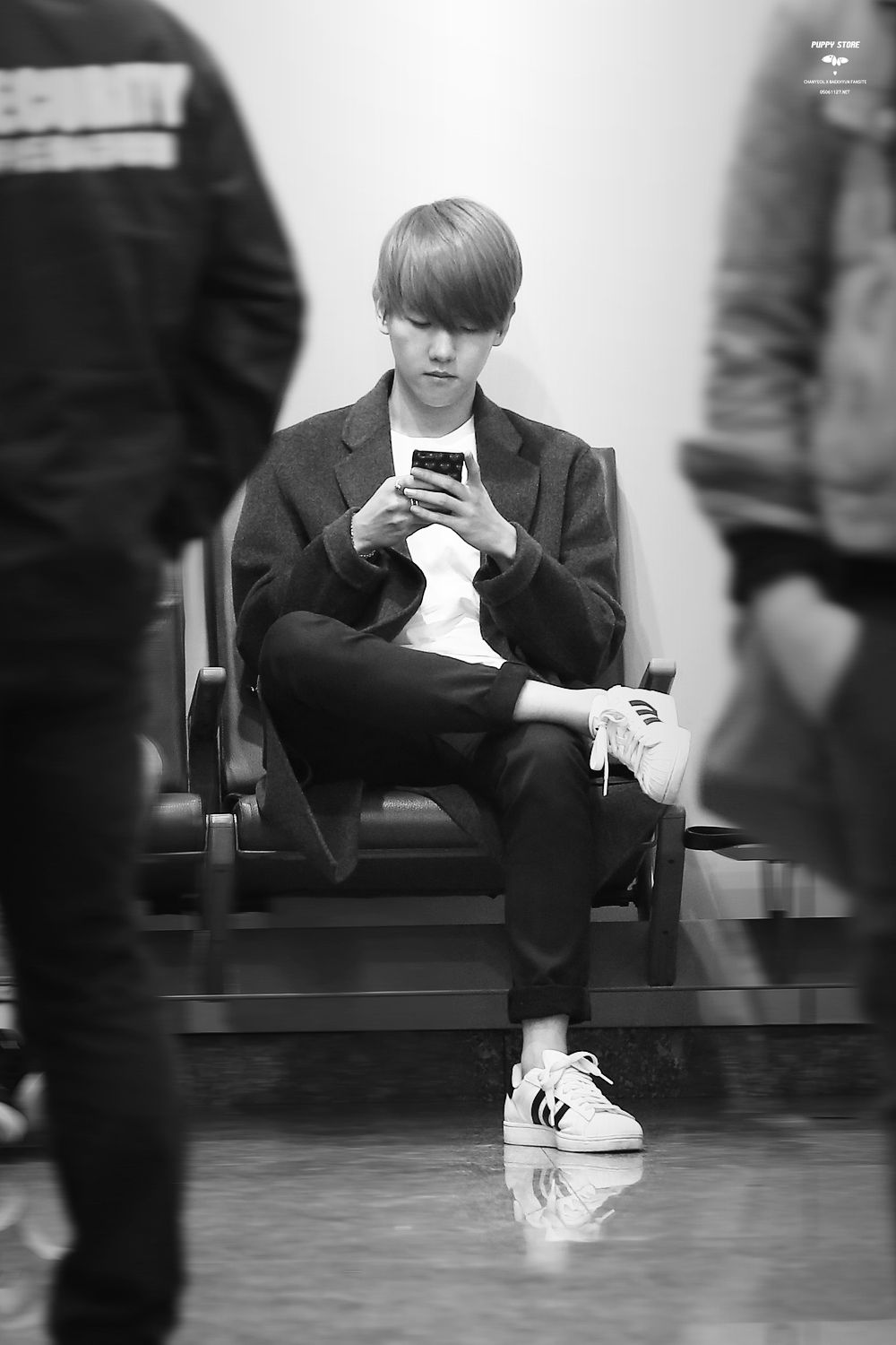 Baekhyun - 150408 Gimpo Airport departure and Beijing Airport arrival - 5/6 Credit: Puppy Store. (김포공항 출국, 베이징공항 입국)