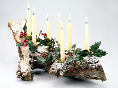 Mit einer klebepistole fixiert man die kerzen auf dem Dekoration weihnachtstischdeko