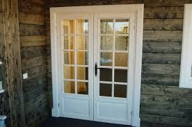 Puerta de hoja batiente con cuarterones de cristal.