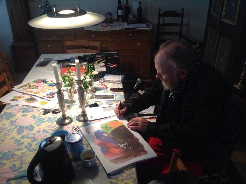 Kurt Westergaard, vår helt og frihetsforkjemper, signerer trykkene gitt HRS i gave.