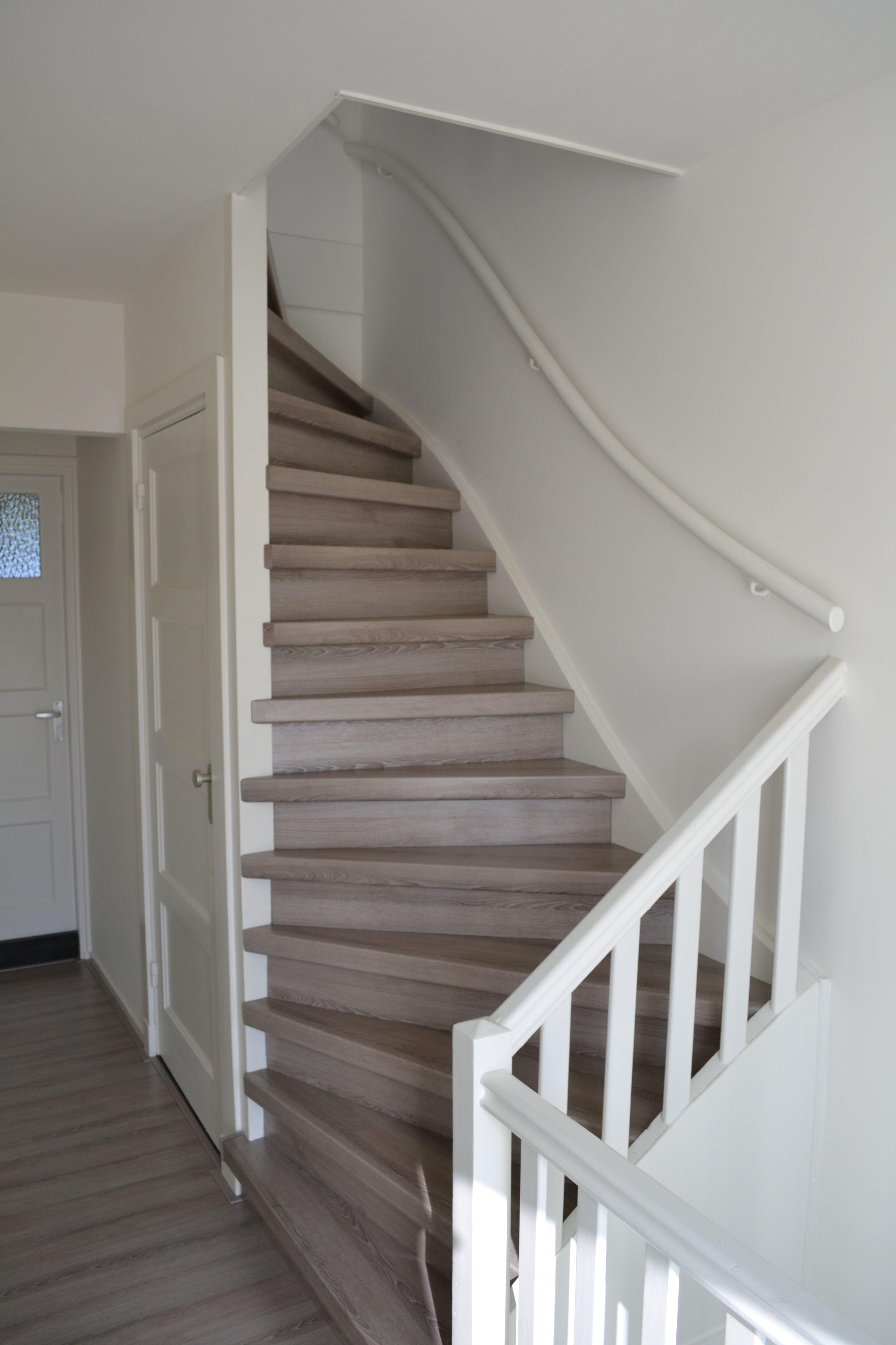 Trap en vloer gerenoveerd met hpl grijs eik traprenovatie hpl grijs eik pinterest - Woonkamer met trap ...