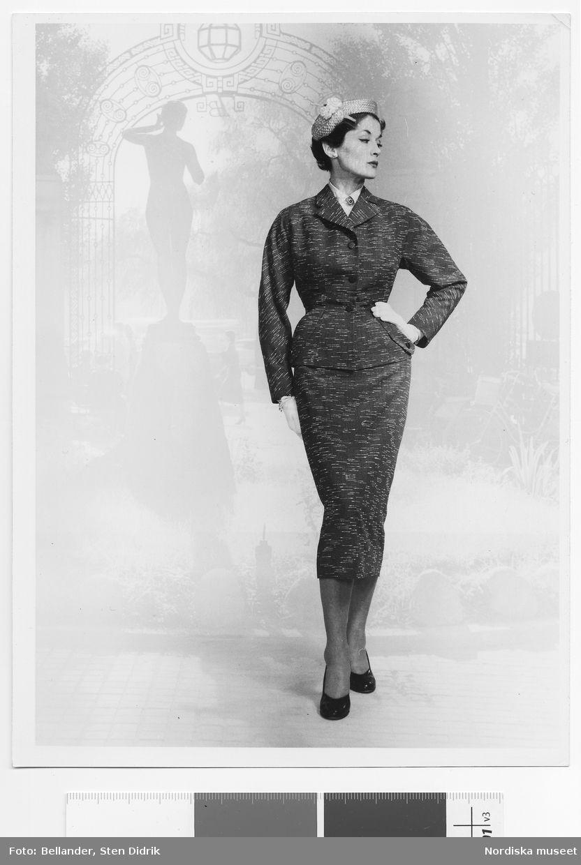 Modell klädd i dräkt och stråhatt med garnityr 9d37a2ea5f66e