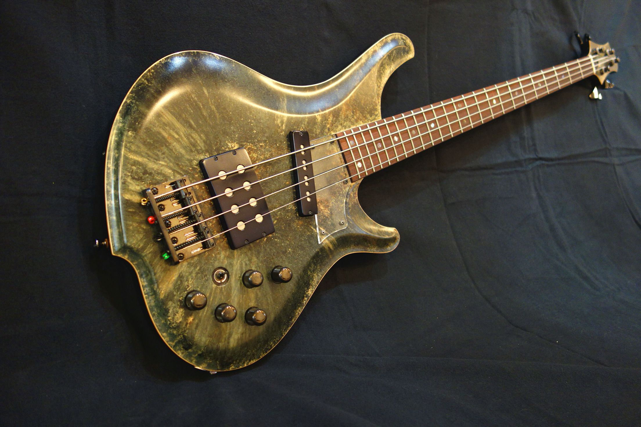 4strings bass with fake grain