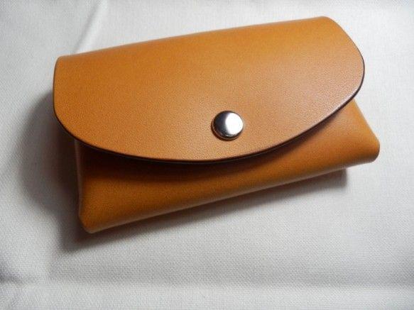 カード類をこちらのカードケースに収納して、財布をスッキリ整理して使いやすく!してみてはいかがでしょうか。タンニンなめしの牛ヌメ革を使用しています。ゆっくりと手...|ハンドメイド、手作り、手仕事品の通販・販売・購入ならCreema。