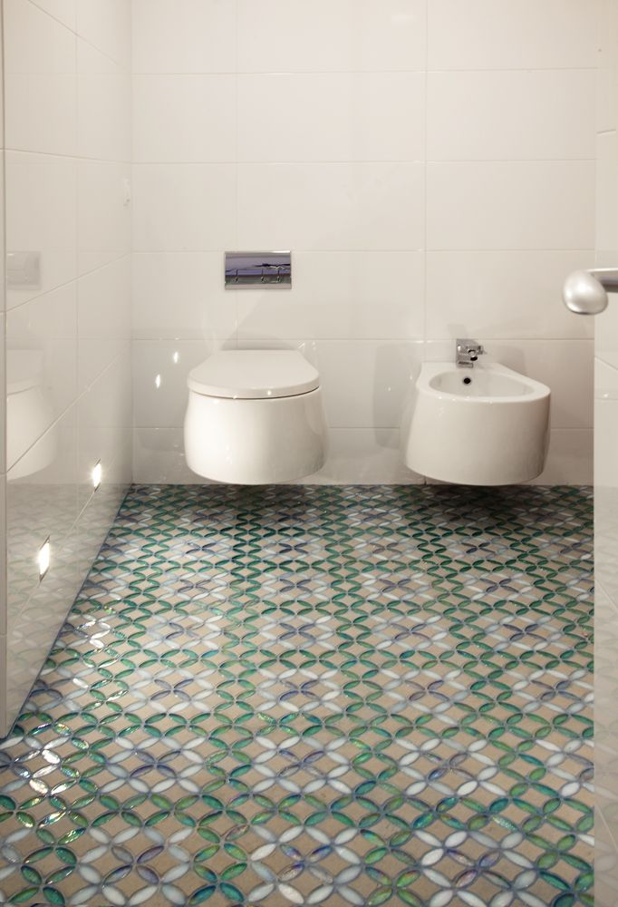 Decoraci n de ba os modernos con suelo de mosaico ba os pinterest ba os decoracion ba os - Suelos modernos ...
