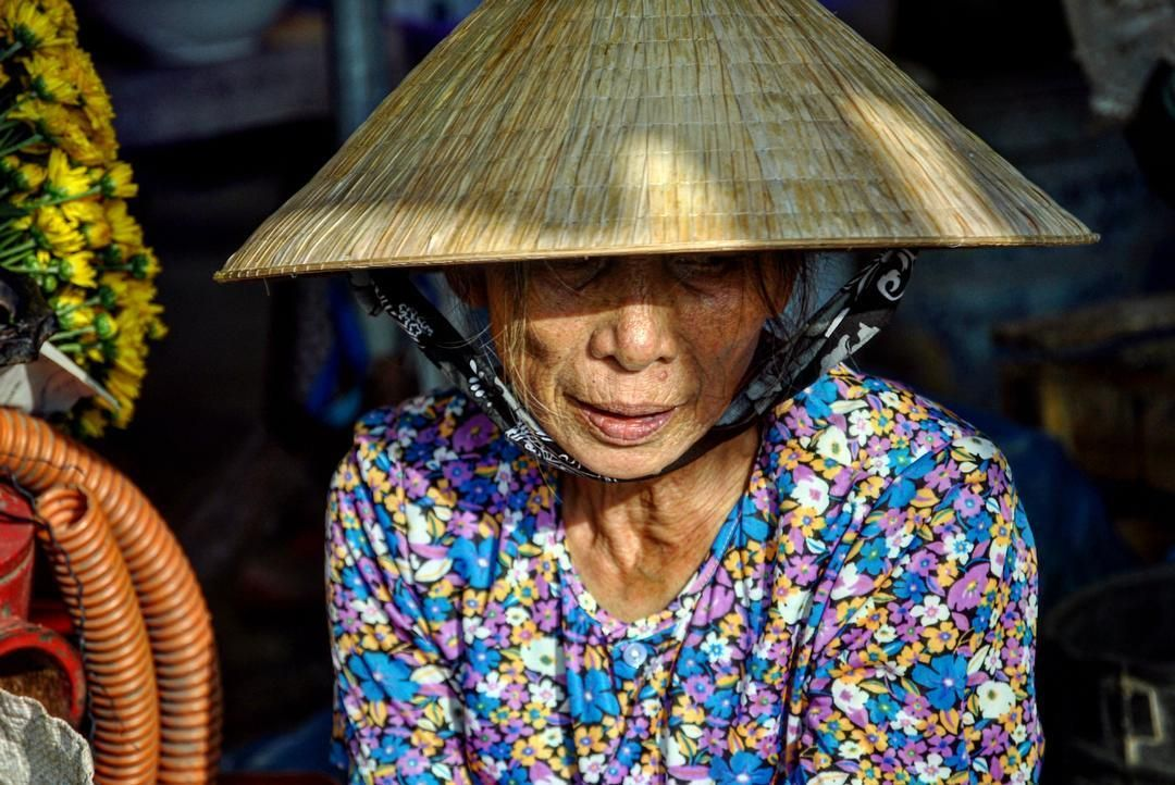 Retratos de Hoi an Vietnam.  #traveling #travel #wanderlust #viajar #viaje #picoftheday #travelphotography #lifestyle #travelgram #love #instatravel #viajeros #amor #amazing #culture #couple #couples #vietnam #hoian #woman #mujer #hat #sombrero #asia #portrait #retrato