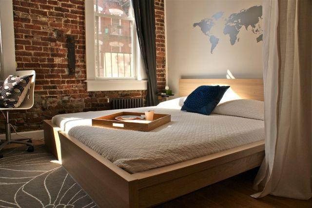 muster wandgestaltung schablonen weltkarte schlafzimmer holz bett - schlafzimmer modern holz