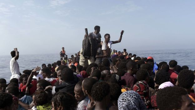 """El fotógrafo de AFP cuenta que la operación de rescate estuvo marcada por el caos, a pesar de los esfuerzos de los trabajadores de ayuda para calmar a los inmigrantes. """"La gente estaba en pánico"""", dice Messinis. El fotógrafo, de 39 años, ha cubierto los conflictos de Libia y Siria, y ha estado fotografiando la crisis de los inmigrantes en Europa desde hace tres años.  Pero lo que vio en esta ocasión en el Mediterráneo, dice, fue diferente. """"He visto muchas muertes, pero nada como esto""""…"""