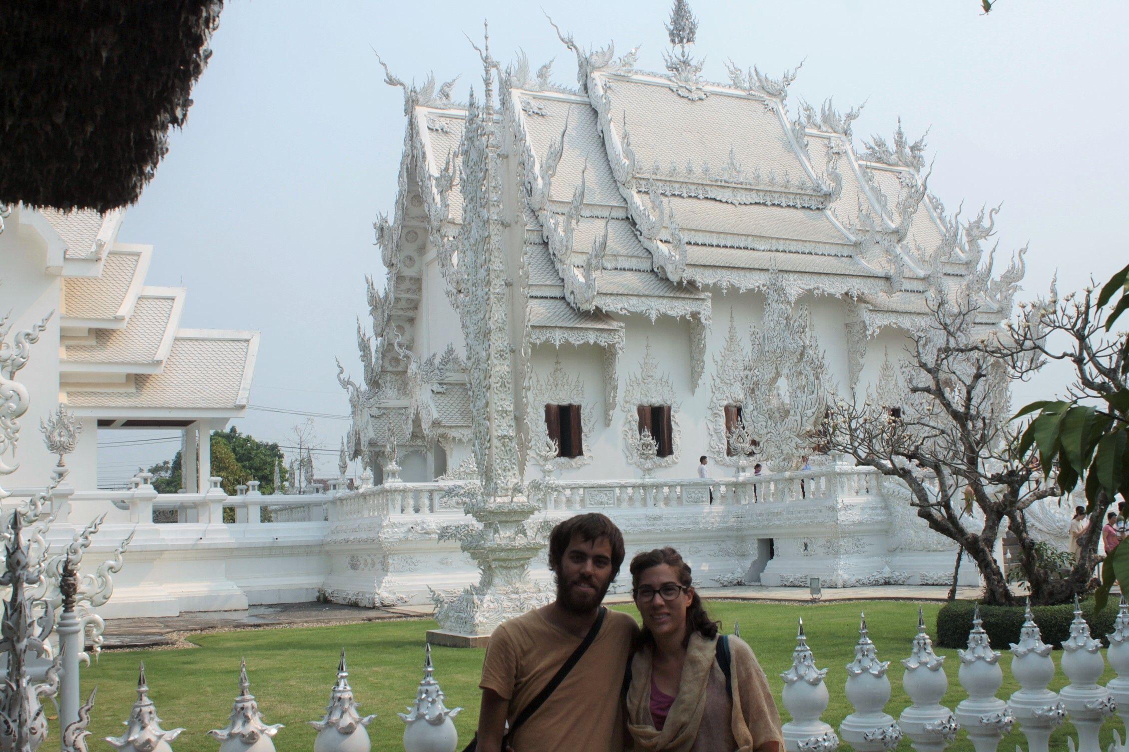 Posando en el templo blanco