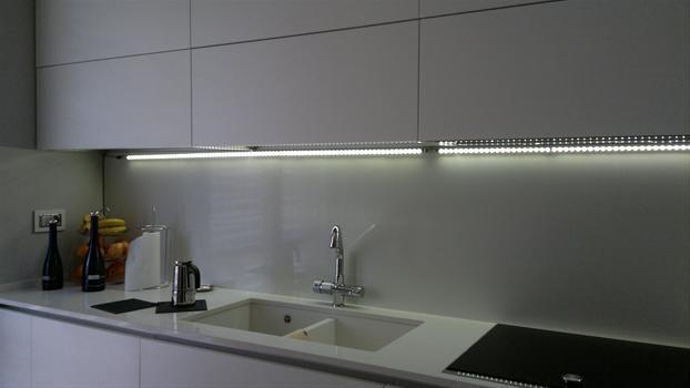 una cucina illuminata in modo moderno grazie alle barre led ...