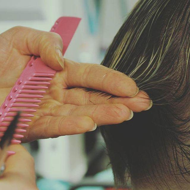 """""""Energialeikkaus perustuu hyvin puhtaaseen ja selkeälinjaiseen leikkaukseen,jossa kuunnellaan hiusten omaa tahtoa asettua. Leikkaus kunnioittaa hiuksen kasvusuuntia ja omaa taipuisuutta."""" http://ekoletti.fi/tyomme/energialeikkaus/ #energialeikkaus #energerticcutting #ecocare #ecological #haircare #organic"""